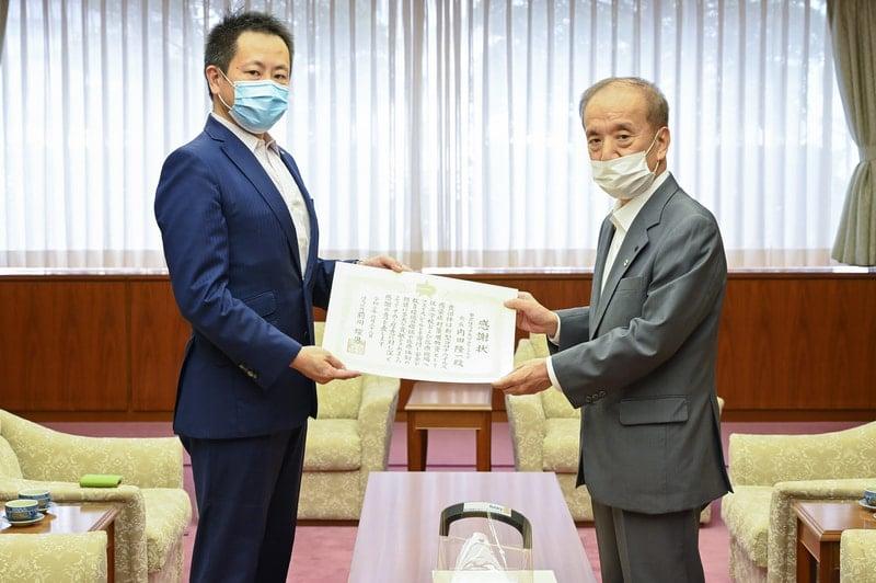練馬区長より内田隆一会長が感謝状をいただく